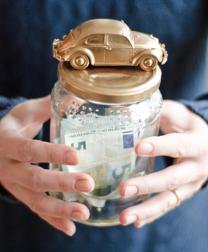 DIY AUTOSPARDOSE: In dieser schicken, selbst gebastelten Autospardose sammelst du Geld für dein Traumauto oder den Führerschein. Mit meiner Schritt-für-Schritt-Anleitung kannst du sie ganz leicht nachbauen. Ein Tutorial von johannarundel.de