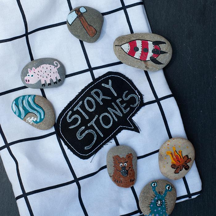 Geschichten erzählen am Lagerfeuer. Und damit niemand sagen kann ihm fiele nichts ein, gibt´s ein paar Story Stones zur Hand. Es wird reihum gezogen – das wird lustig!