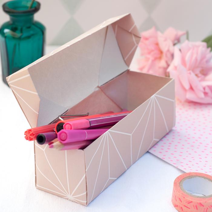 Diese längliche Faltschachtel ist eine schöne Verpackung für kleine Geschenke, Stifte oder Kekse. Mit meiner Schritt-für-Schritt Anleitung kannst du sie einfach nach basteln. Ein Tutorial von johannarundel.de