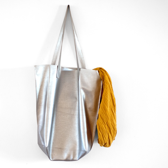 DIY Lieblingstasche – selbst genäht aus silbernem Kunstleder