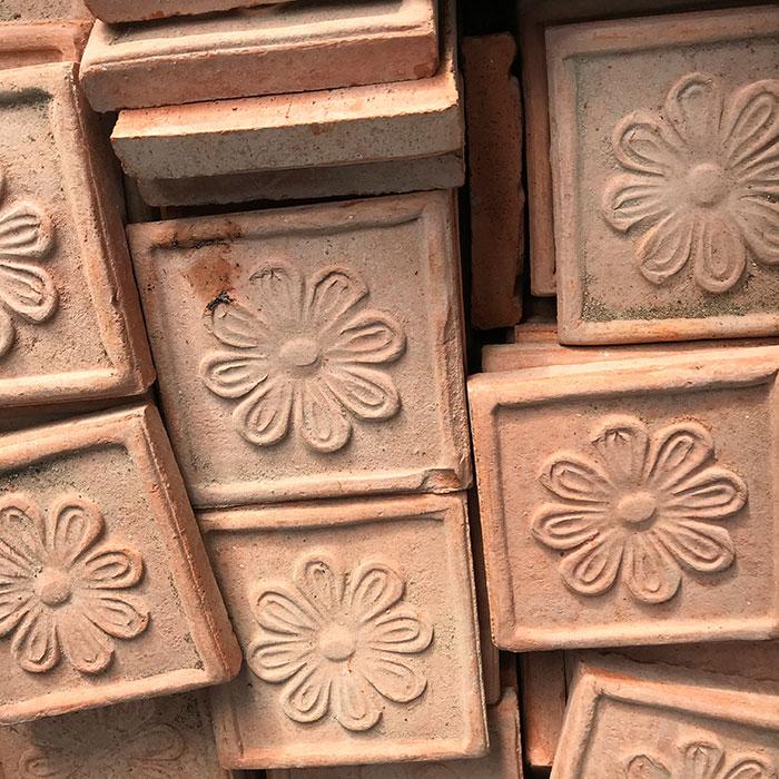 Flohmarktfunde: Eine Stiege Terracotta-Fliesen mit Blumenmotiv