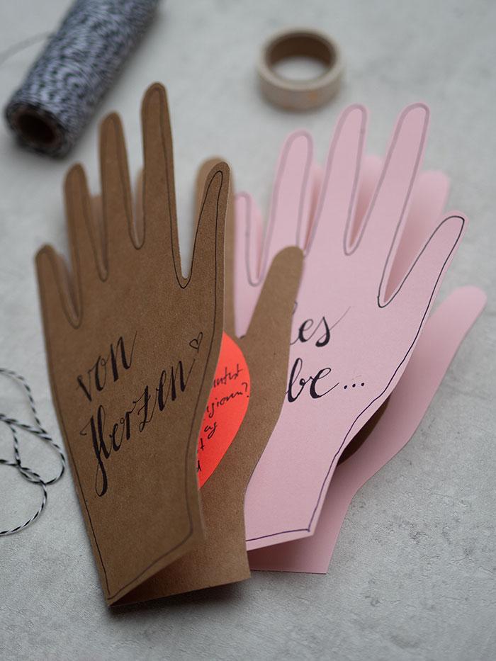 """Der Valentinstag ist eine schöne Gelegenheit um seinen Liebsten endlich mal wieder einen analogen Gruß zu schicken! Wie wäre es zum Beispiel mit dieser herzigen DIY-Grußkarte in Form einer Hand? Die Klappkarte ist schnell und einfach selbstgemacht und sogar """"personalisiert"""" denn der Handumriss ist dein eigener – eine virtuelle Umarmung mit Herz quasi! Viel Spaß beim Nachbasteln wünscht johannrundel.de!"""