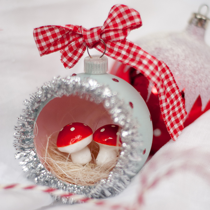 Ich habe aus einer einfachen Weihnachtbaumkugel aus Plastik ein hübsches Diorama mit Fliegenpilzen und ganz viel Flitter gebastelt. Anleitung auf johannarundel.de